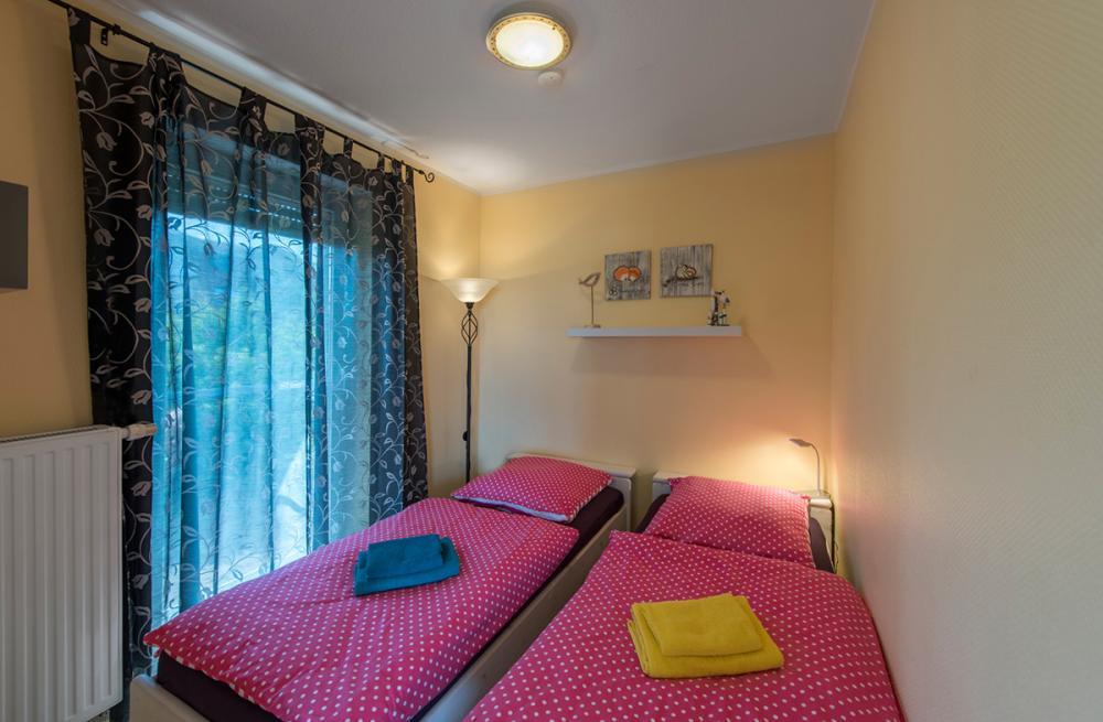 Kleines Schlafzimmer   Blick Auf Bett Und Fenster