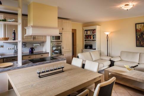 Wohnzimmer - Rundumblick auf Esstisch, Sofaecke und Küche