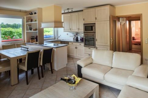 Küche - Blick auf Esstisch und Küche