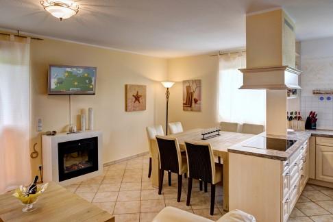 Wohnzimmer - Blick auf Esstisch und Küche