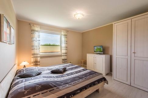 Großes Schlafzimmer - Blick auf Bett