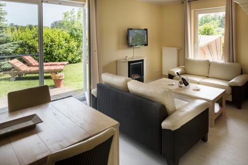 Wohnzimmer - Blick auf Sofaecke und Terasse