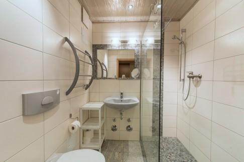 Badezimmer - Blick auf Dusche und Waschbecken