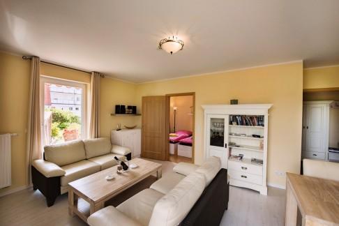 Wohnzimmer - Blick auf Sofaecke und Schlafzimmer