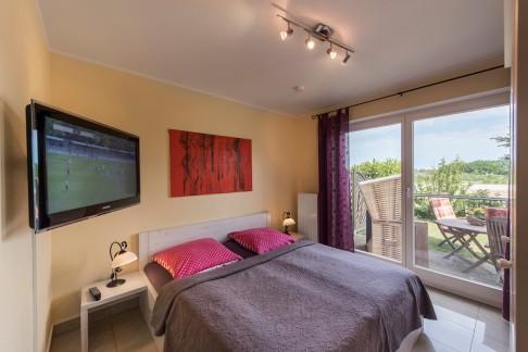 Großes Schlafzimmer - Blick auf Bett und Terassse